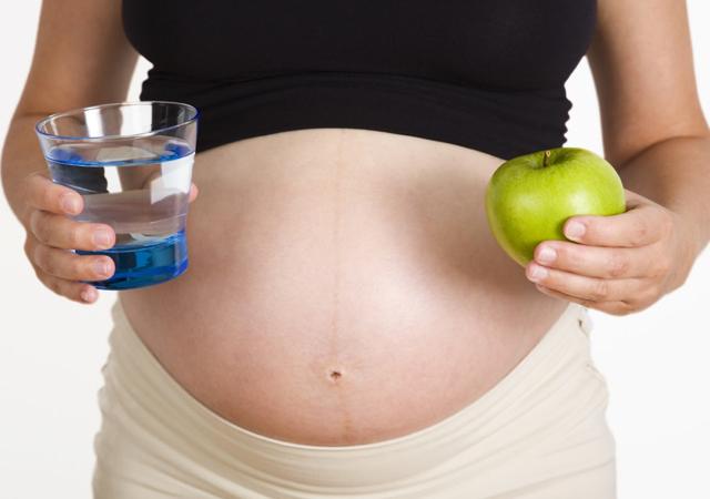 Mẹ bầu thiếu ối ăn gì