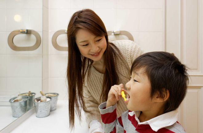 Mẹ hướng dẫn bé cách đánh răng