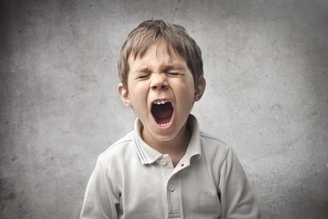 Trẻ tranh cãi và tức giận la hét