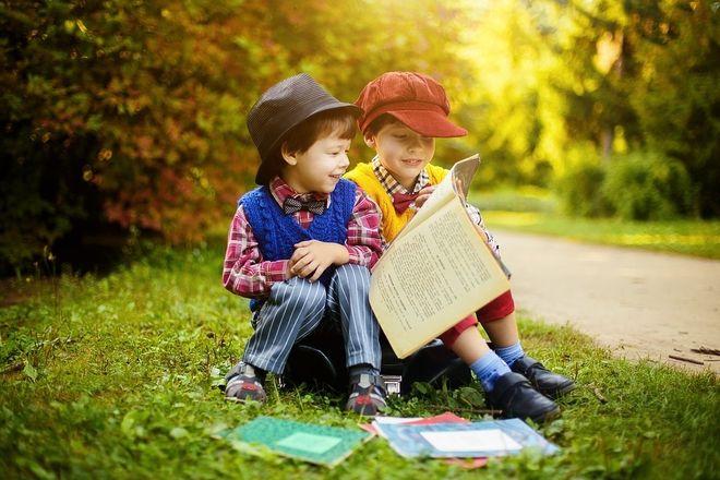 Trẻ cầm sách