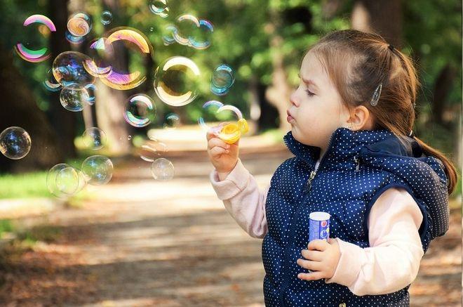 Trẻ chơi với bong bóng