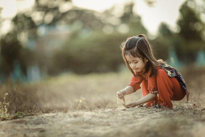 Trẻ chơi với cát