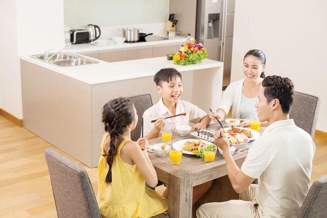 Trẻ ăn uống cùng ba mẹ