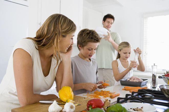 Trẻ học nấu ăn