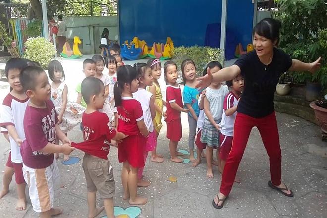 Trẻ chơi Rồng rắn lên mây cùng cô giáo