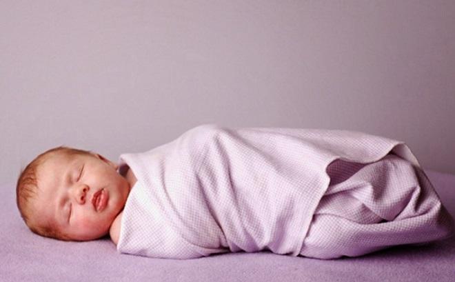 quấn khăn cho bé