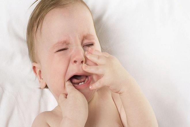 bé mọc răng