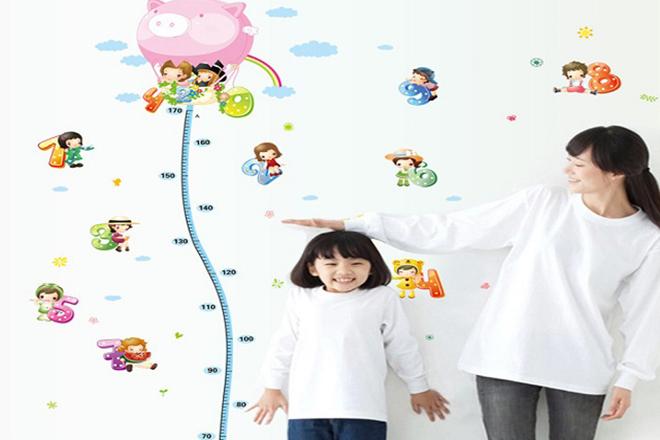 Mẹ đo chiều cao cho trẻ