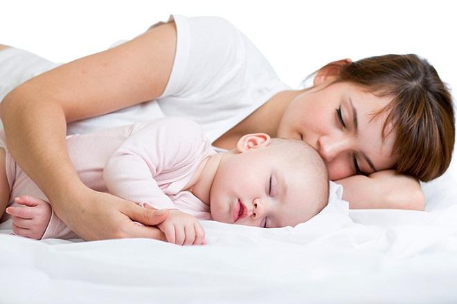 mẹ và bé ngủ