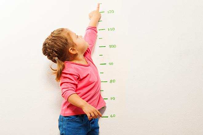 Đo chiều cao cho bé