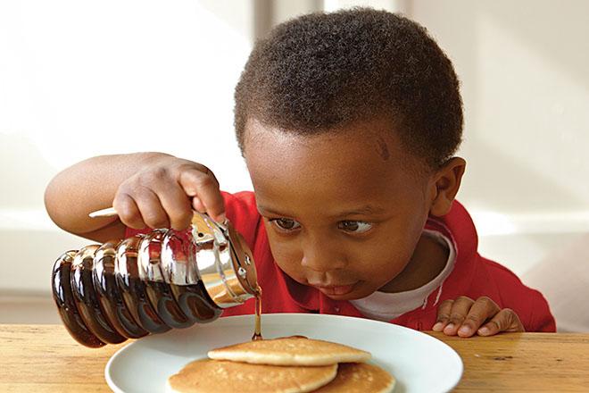 Cho trẻ tham gia nấu nướng
