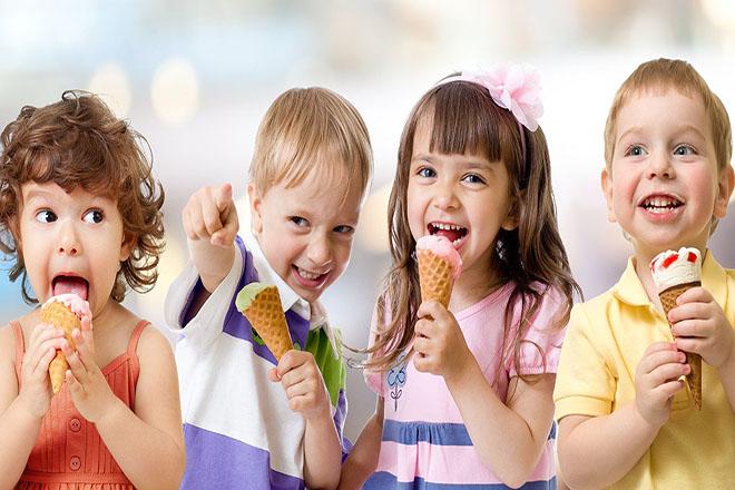 Trẻ ăn kem