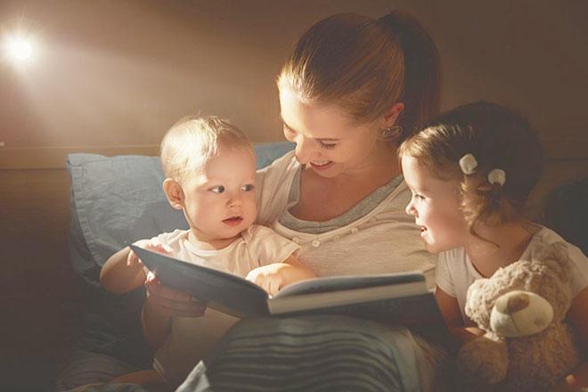 Trẻ xem sách cùng mẹ
