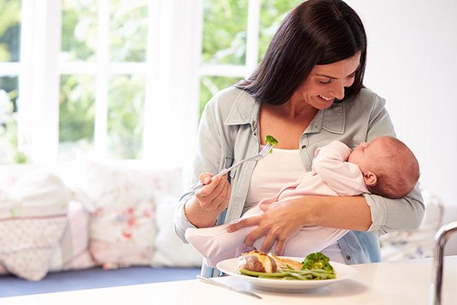 Mẹ sau sinh ăn thêm bữa phụ
