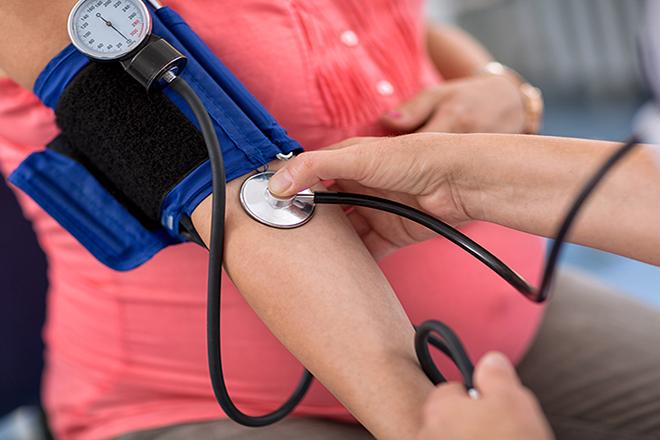 Bà bầu đo huyết áp