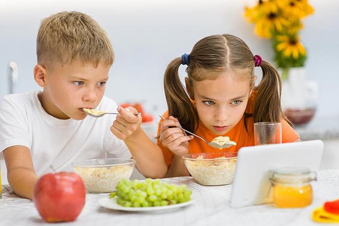 Trẻ vừa ăn vừa coi Ipad
