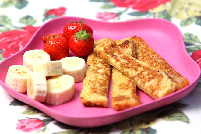 Bánh mì trứng và trái cây
