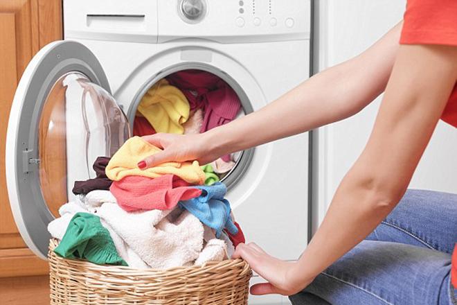 Mẹ giặt đồ cho trẻ