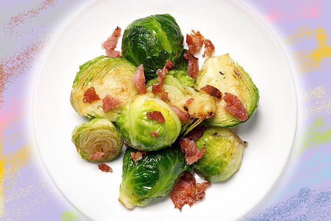 Mầm cải brussels với thịt muối