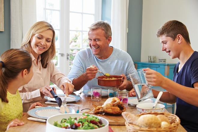 Gia đình cùng thưởng thức bữa ăn