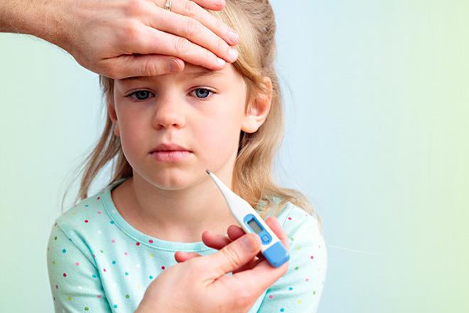 Bị sốt cao là một trong những biểu hiện của bệnh amidan