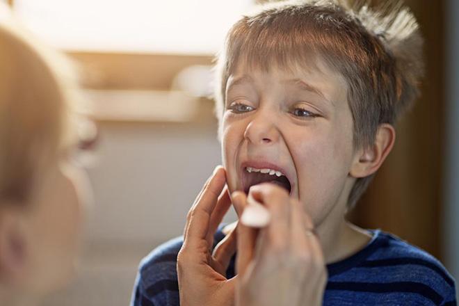 Khám cổ họng trẻ