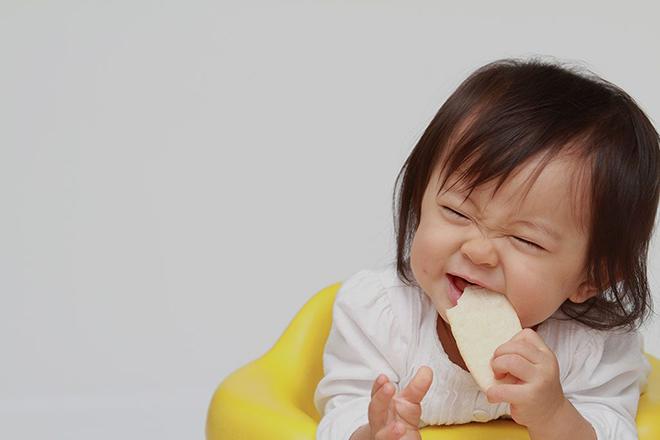 Trẻ 15 tháng ăn bánh