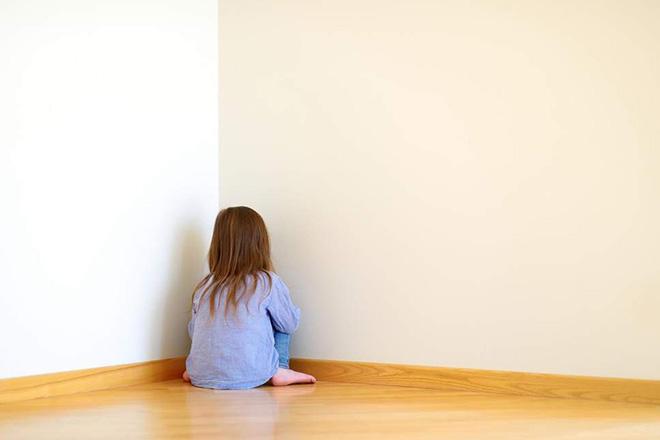 Bé bị mẹ phạt ngồi góc tường