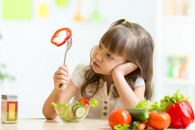 Bé gái ăn rau