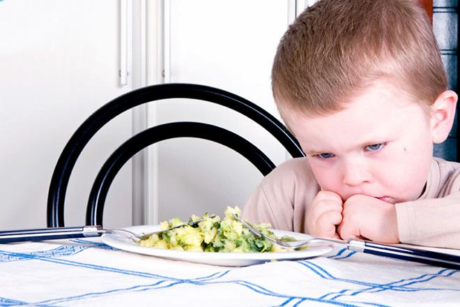 Bé trai từ chối thức ăn