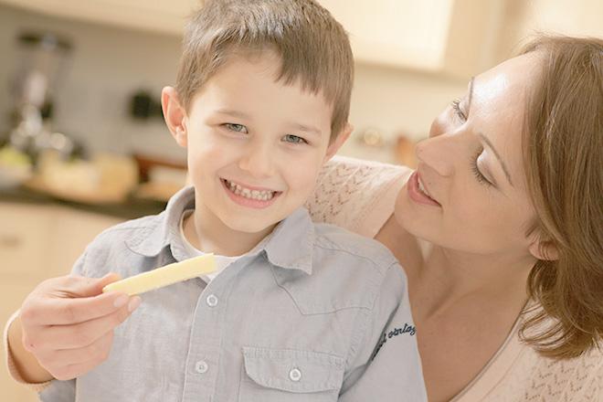 Mẹ cho trẻ ăn phô mai