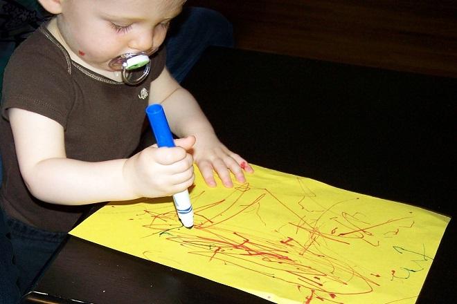 bé tập vẽ