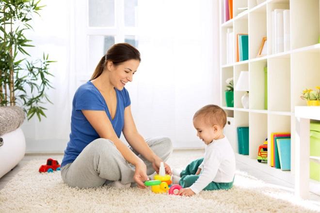 mẹ và bé chơi trò chơi
