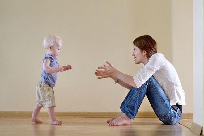 khuyến khích bé tập đi