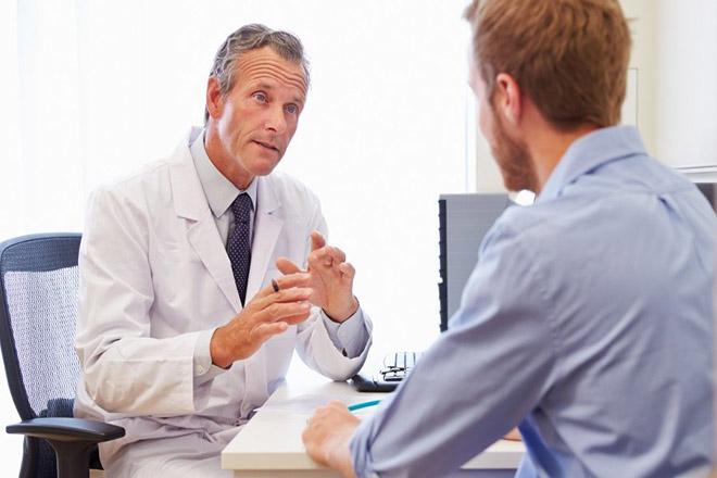 Người đàn ông gặp bác sỹ