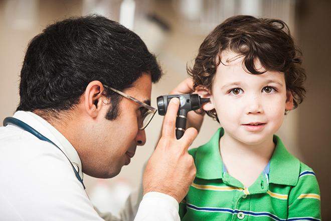 Bác sỹ khám tai cho trẻ