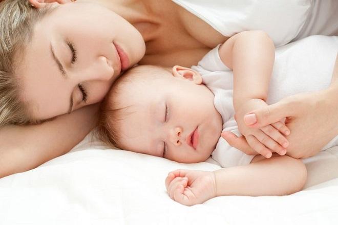 mẹ sau sinh nên nghỉ ngơi