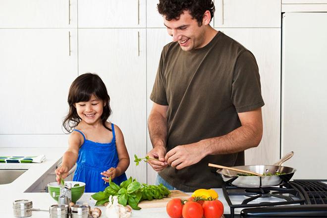 Trẻ nấu ăn cùng bố