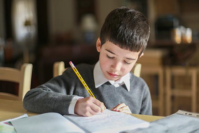 Trẻ làm bài tập