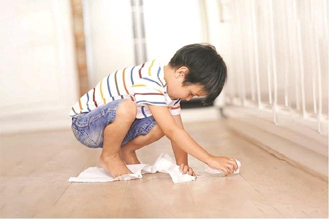 Trẻ lau sàn