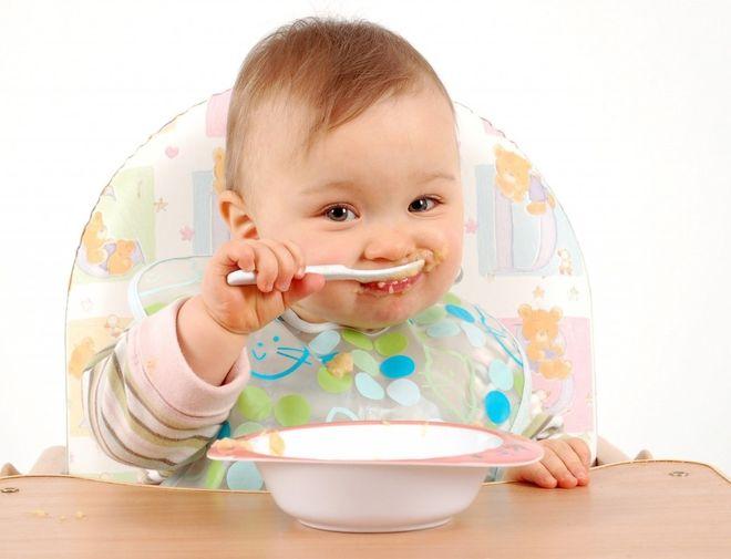 Trẻ tự ăn