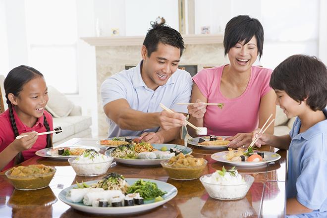 Trẻ ăn cùng gia đình như mọi thành viên