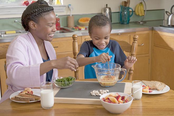 Trẻ nấu ăn cùng mẹ