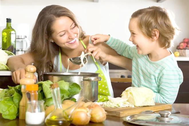 Bé và mẹ nấu ăn