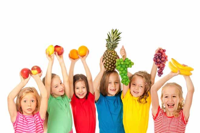Trẻ và trái cây
