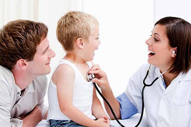 Bác sỹ khám cho bé