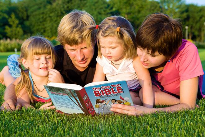 Bố đọc sách cùng trẻ