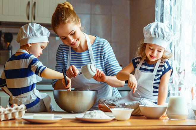 Mẹ và trẻ cùng làm bếp