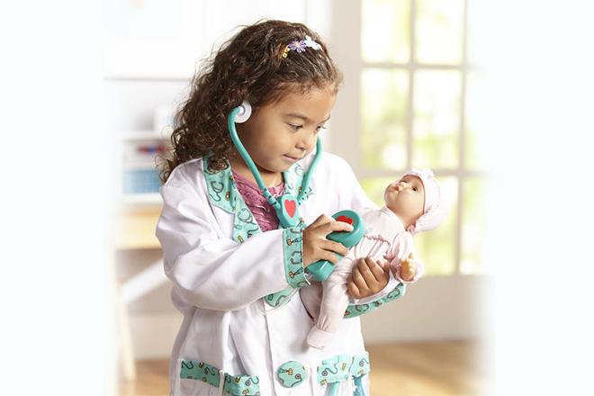 Trẻ làm bác sỹ cho búp bê