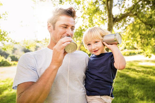Bố và con nghe điện thoại ống lon